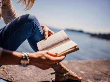 Femme qui lit sur la plage