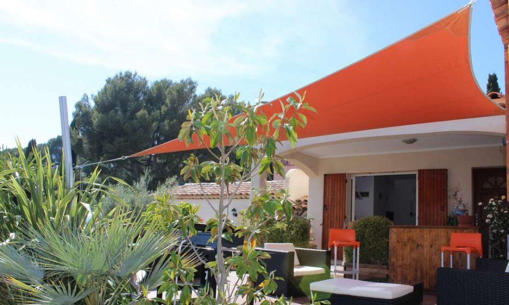 Cuisine extérieure abritée du soleil avec une voile d'ombrage