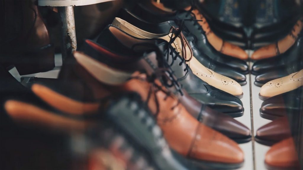 paires de chaussures homme en cuir noir et marron