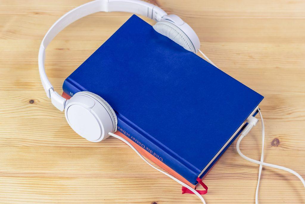 Casque audio posé sur deux livres