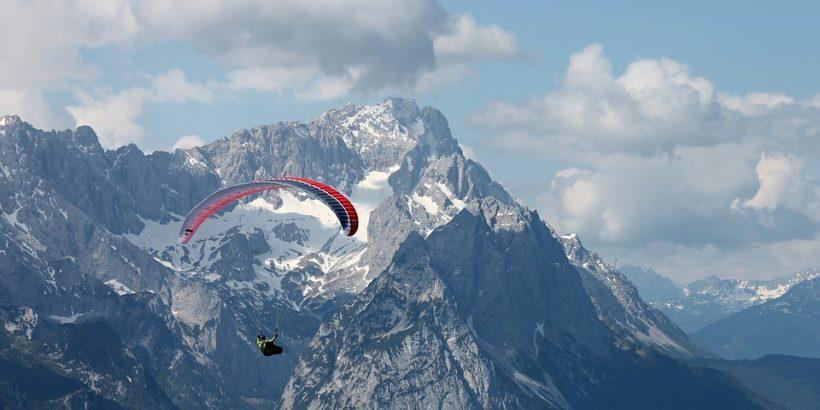 parapente devant montagnes