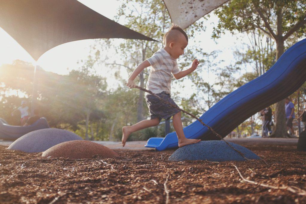 petit garçon jouant dans un parc