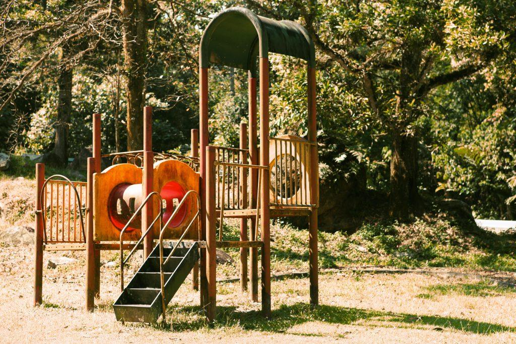 Une aire de jeux abandonée
