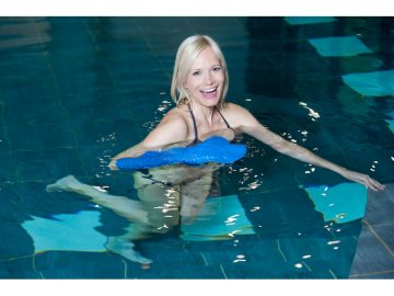 femme dans une piscine avec un protège plâtre