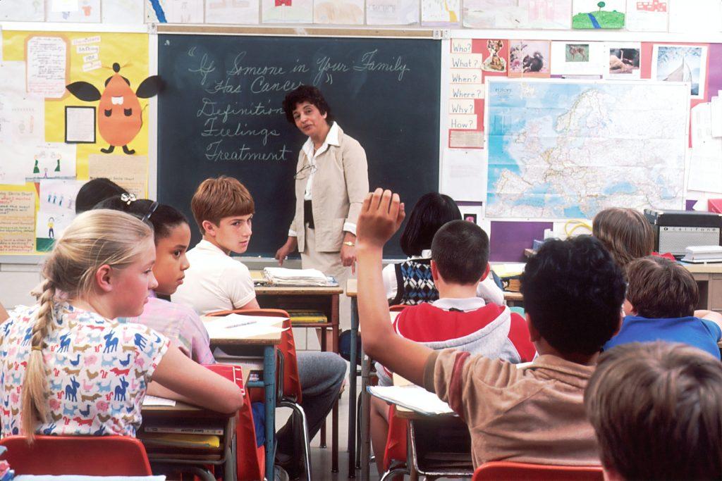 enseignants devant une classe de primaire